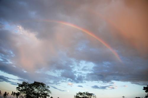 嵐の後の虹と月.jpg