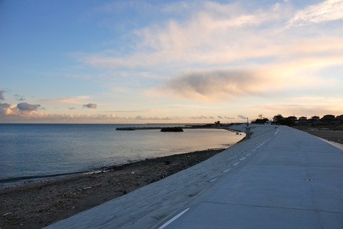 列をなす雲と長い防潮堤.jpg